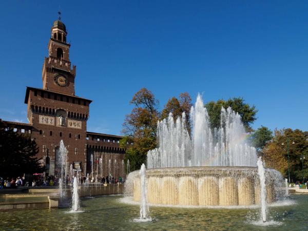 Před hradem Sforzesco.