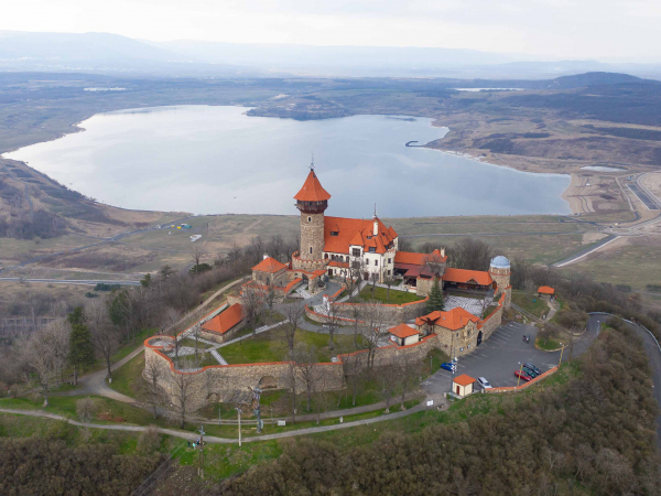 Hrad Hněvín s jezerem Most. Hrad je skoro v centru Mostu.