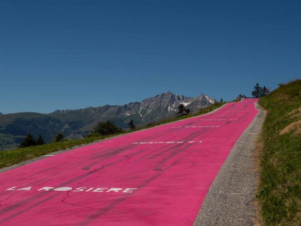 Příjezd do vesničky La Rosiere - pozůstatky z Tour de France.